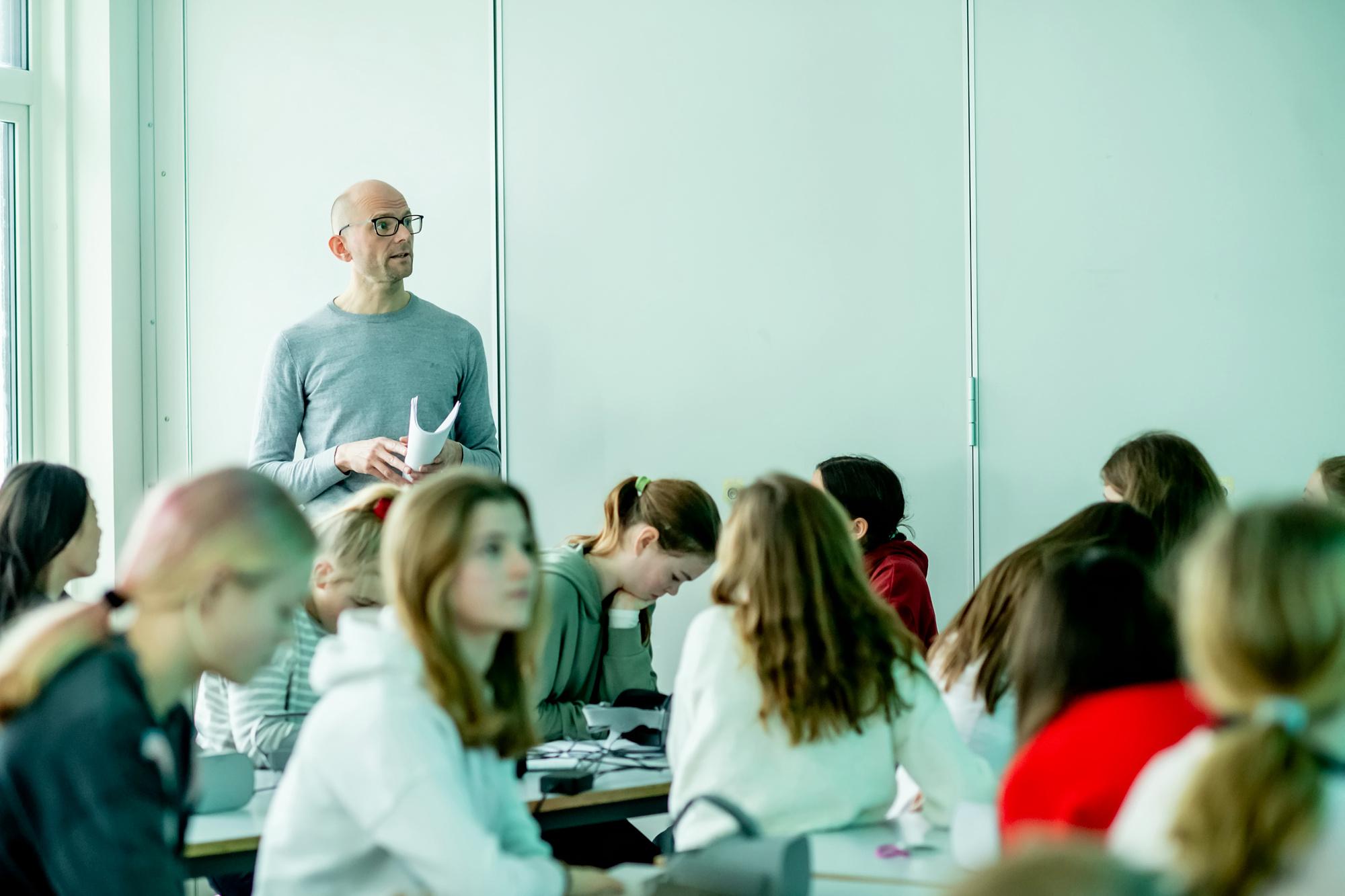 Christian Marstrander bruker mange virkemidler som litteraturformidler i Den kulturelle skolesekken.