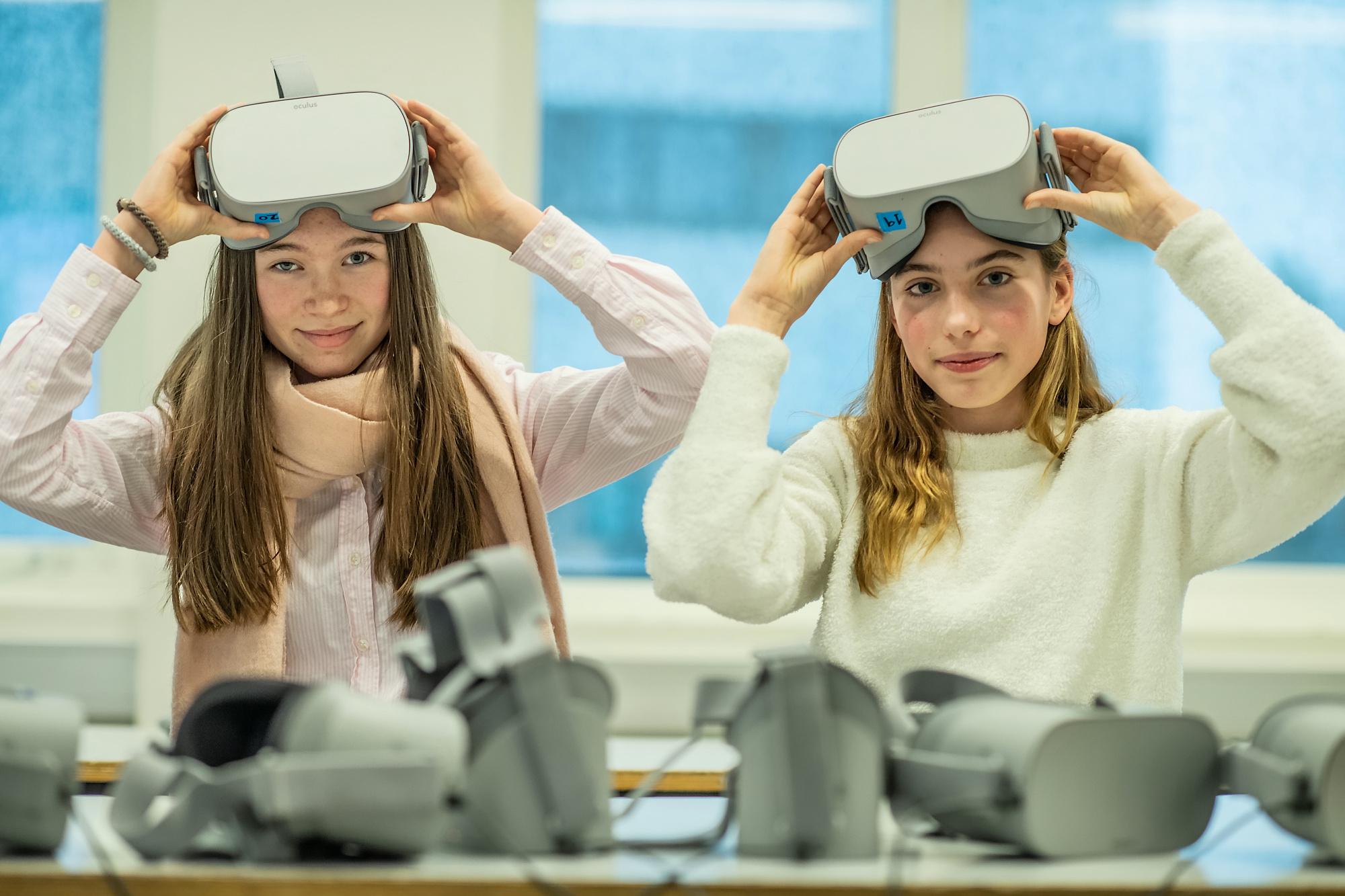 Selma Vøybu og Johanne Jægersbu syntes det var engasjerende å bruke VR for å komme inn i historien i boka