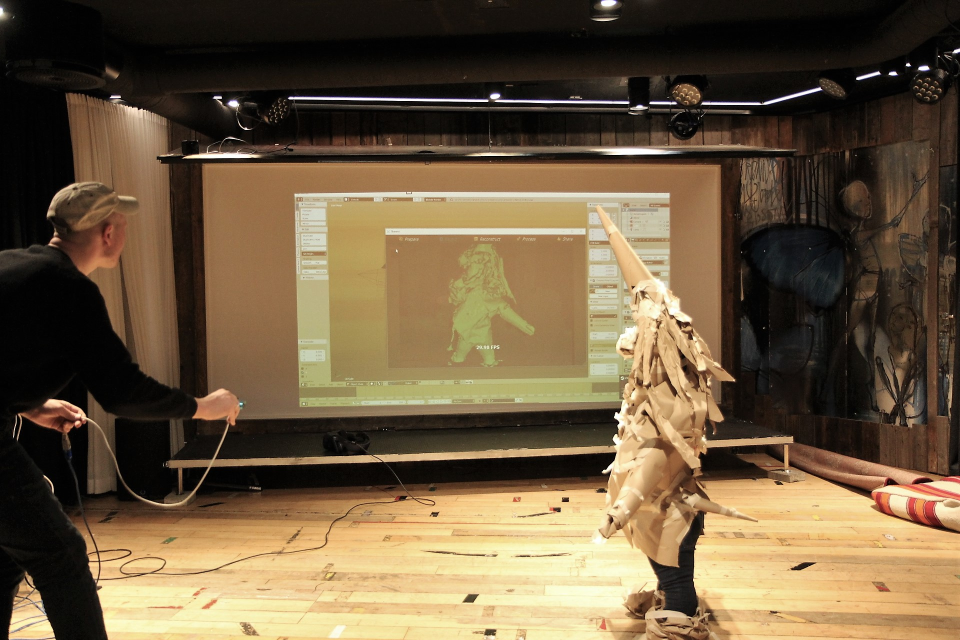 Erlend Hogstad benytter 3D-skanner for å overføre pappfiguren til VR