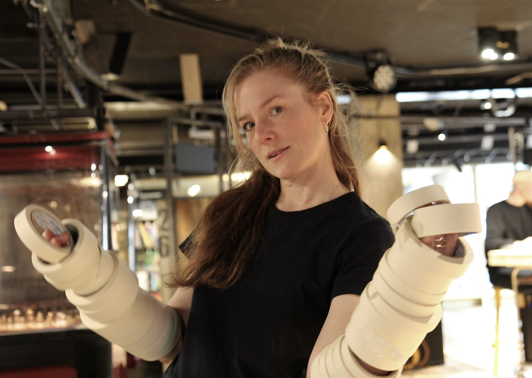 Jennie Bringaker med ett av hovedmaterialene - maskkeringstape