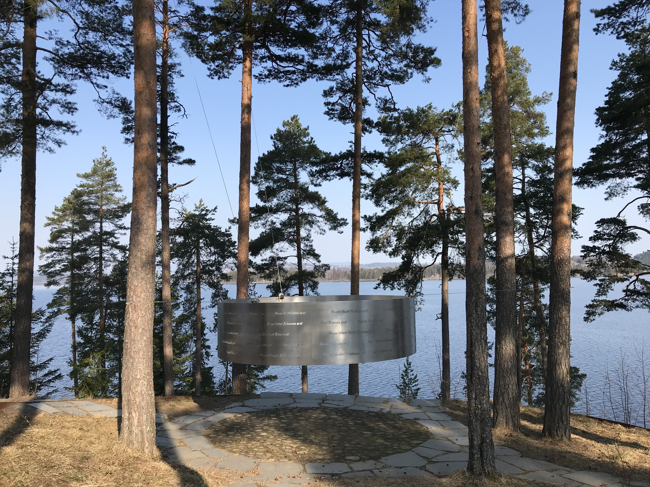 Minnestedet er på en høyde på nordsiden av øya: en stor, samlende metallsirkel, med navnene på alle de som omkom.