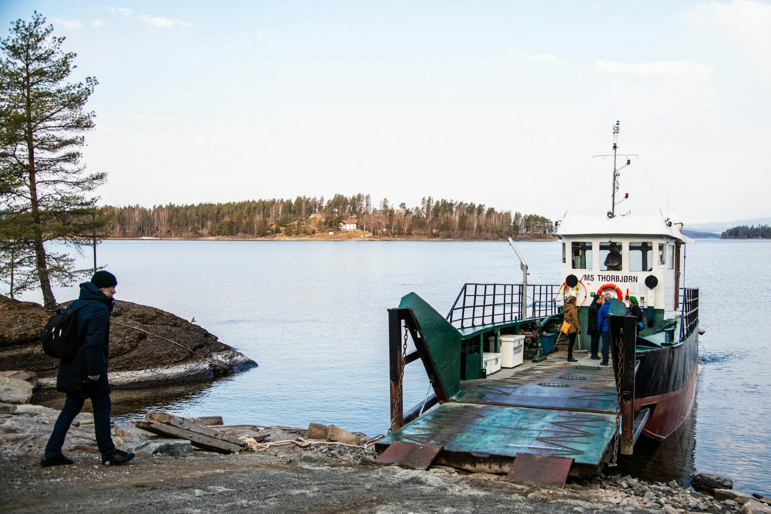 MS Torbjørn frakter gjestene fra Den kulturelle skolesekken over til Utøya