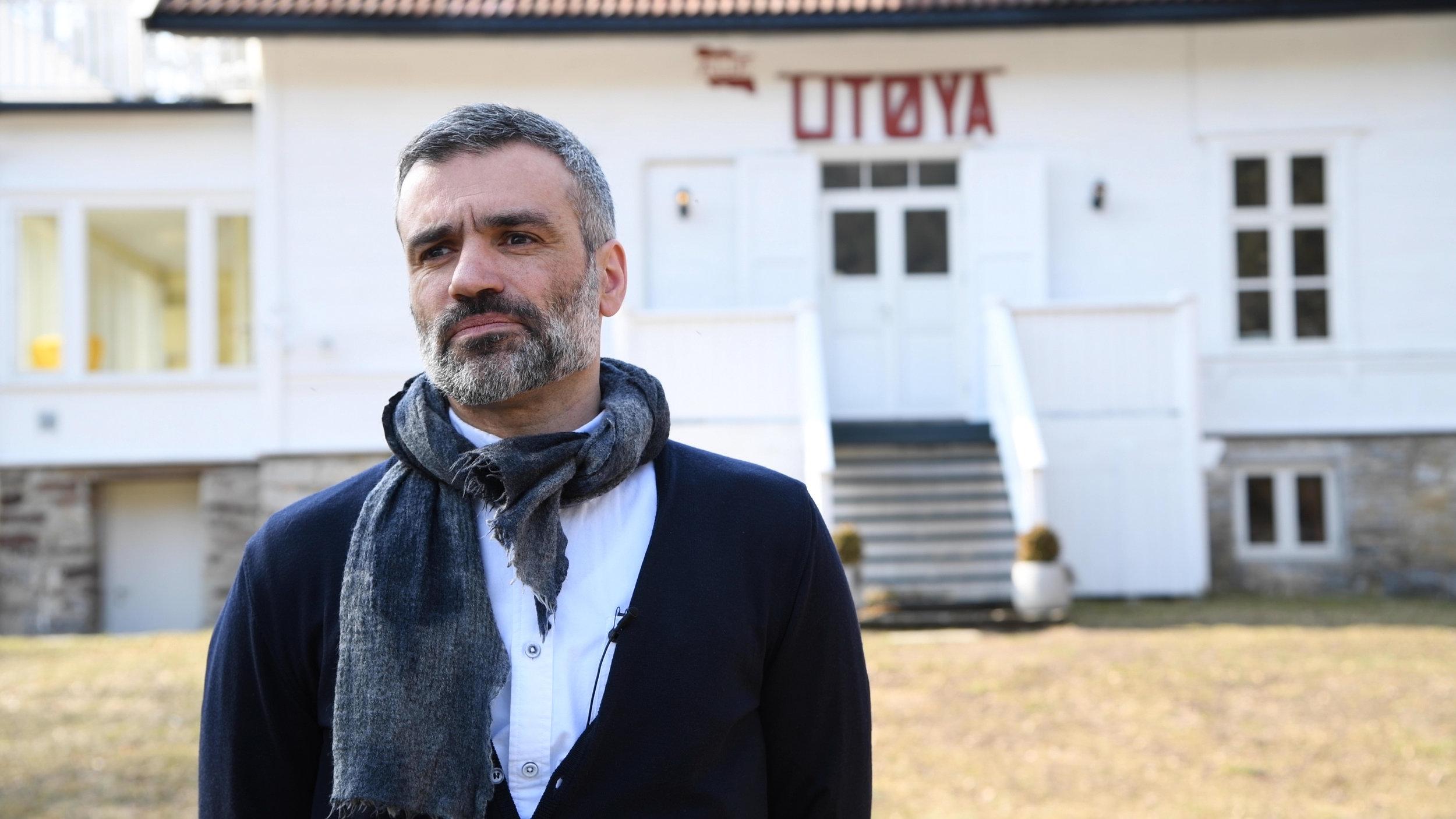 Rami Maktabi er filmansvarlig i Østfold Kulturutvikling og besøker Utøya for å lære mer om 22. juli-terroren der.