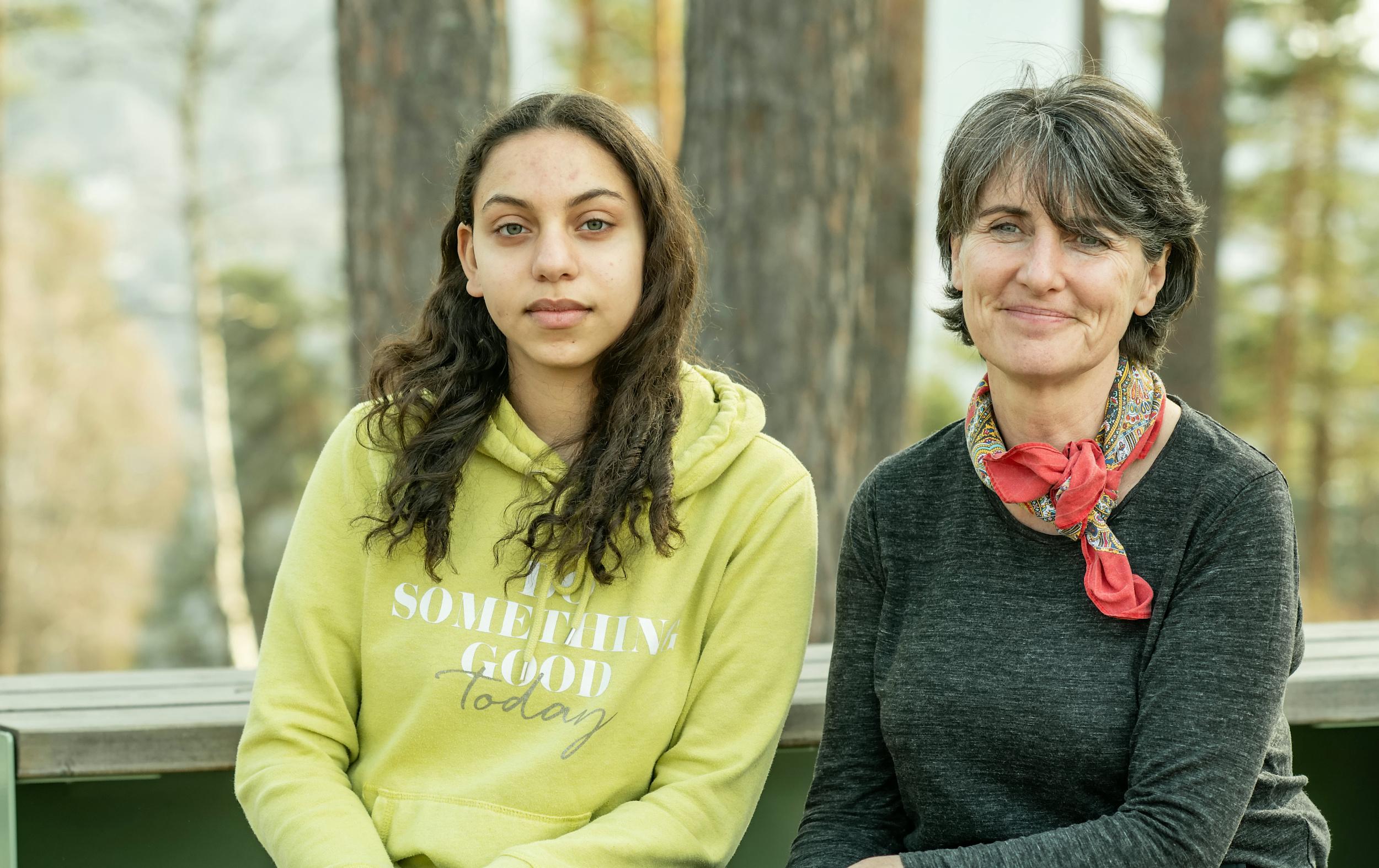 Maryam (15) og hennes lærer Debbie fra den Internasjonale skolen i Kristiansand har tilbragt tre dager med demokratilæring på Utøya