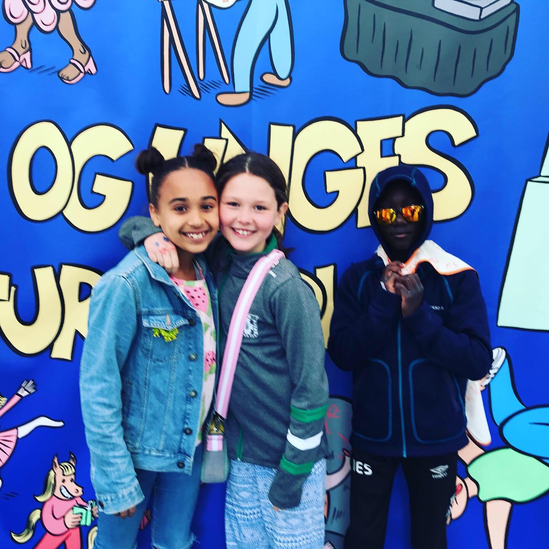 Elvira (9), Leonora (8) og Ibrahim (10), er optatt av å leke med venner, av turn, dans og rap. Leonora synes det er dumt hun må stå så lenge på venteliste til turn.