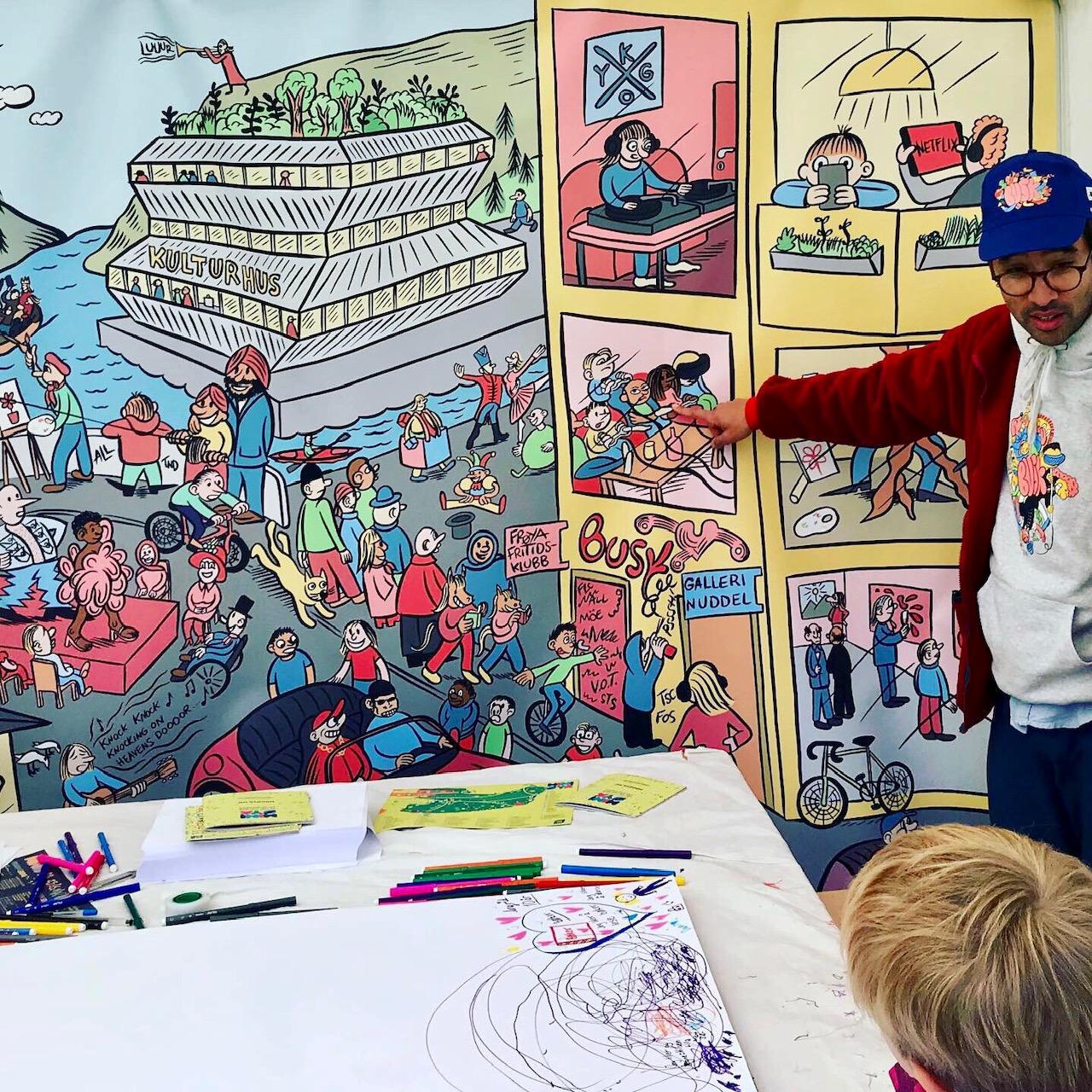 Prosjektleder i Kulturtanken, Jo Morten Weider, viser noen eksempler på kunst- og kulturuttrykk i myldretegningen, designet av Sindre Goksøyr