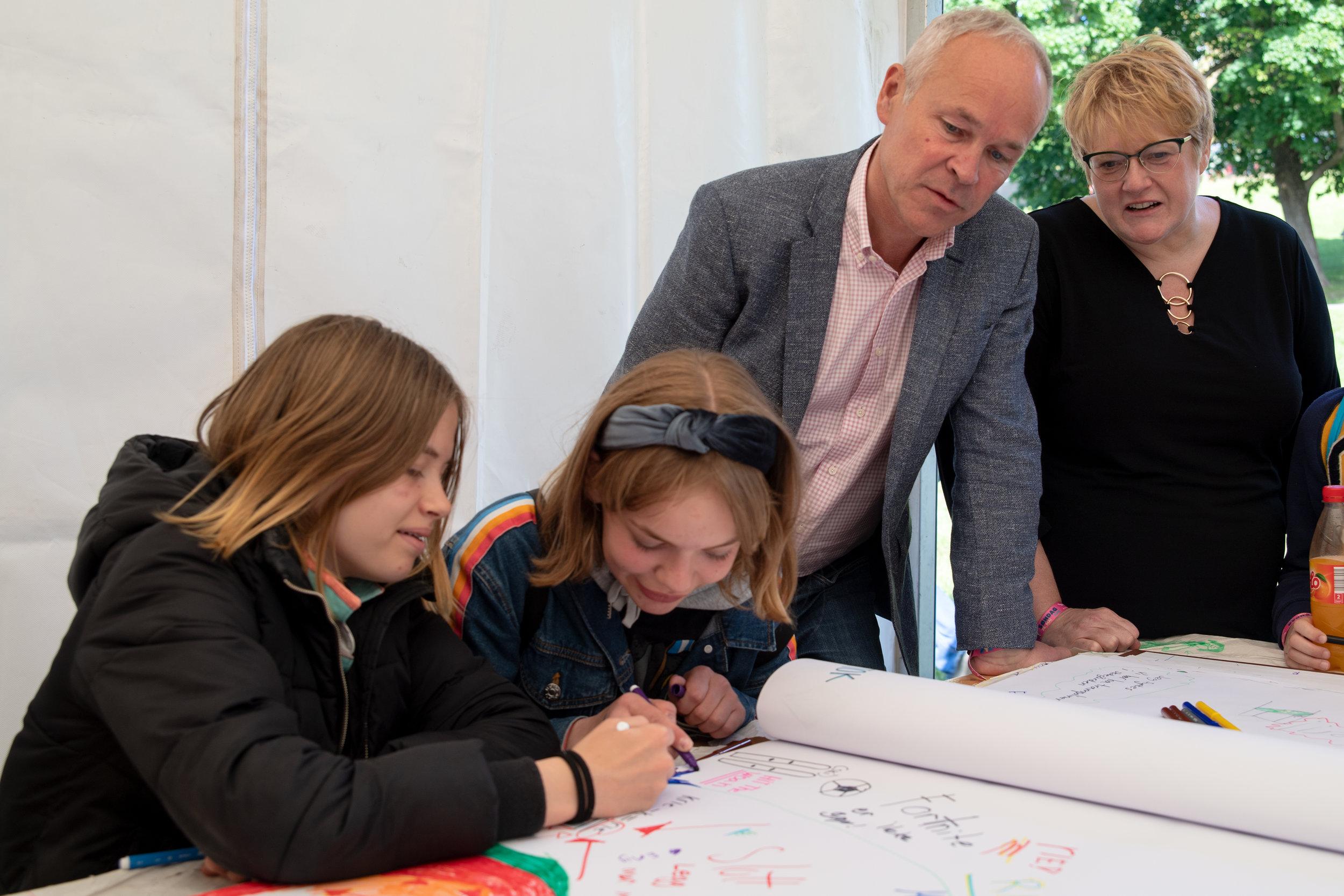 Mia (12) og Helga (13) har mange innspill til kunnskapsminister Jan Tore Sanner og kulturminister Trine Skei Grande.