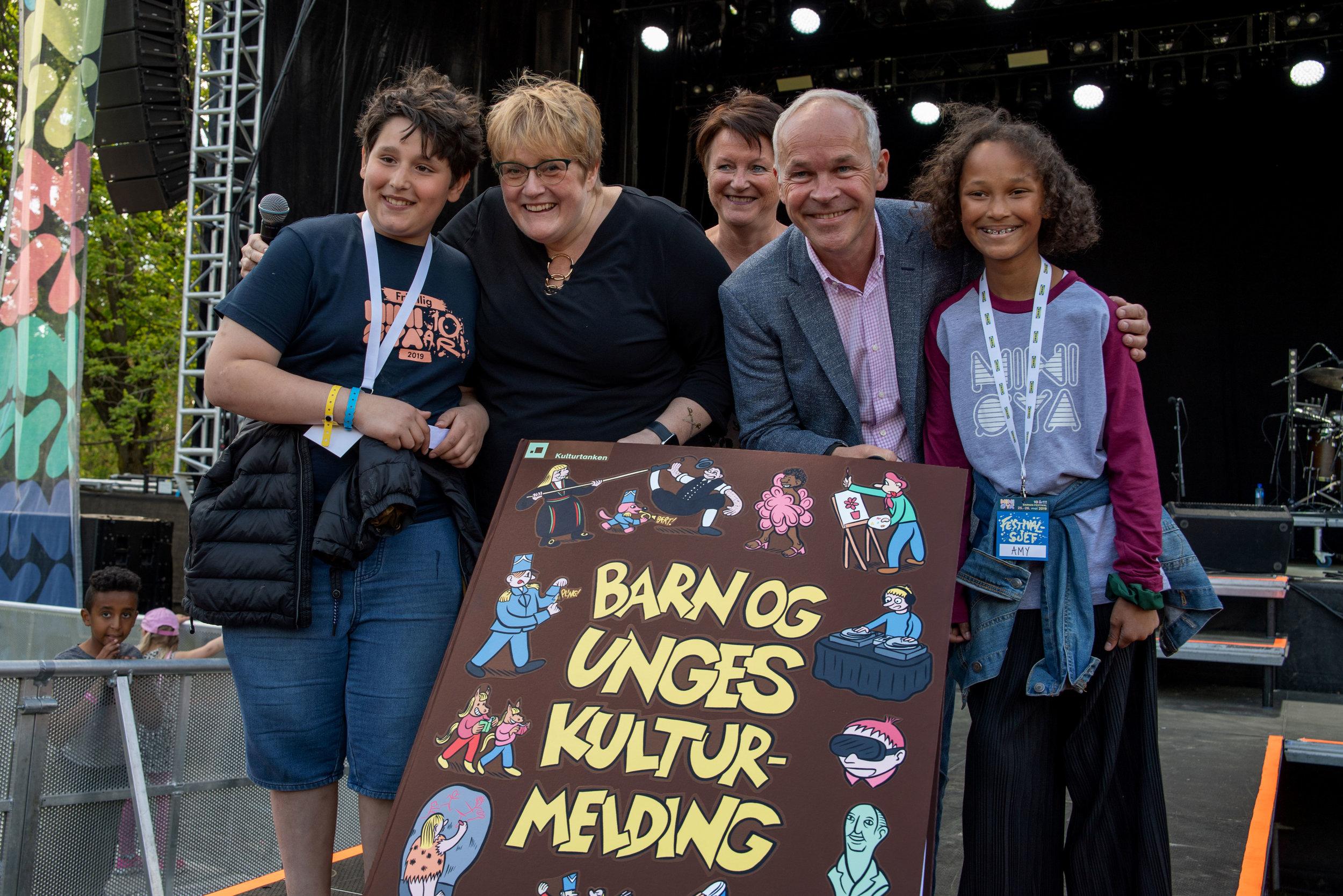 Festivalsjefene Abdullah og Amy, sammen med Lin Holvik (Kulturtanken), overleverte Barn og unges kulturmelding til Trine Skei Grande og Jan Tore Sanner.