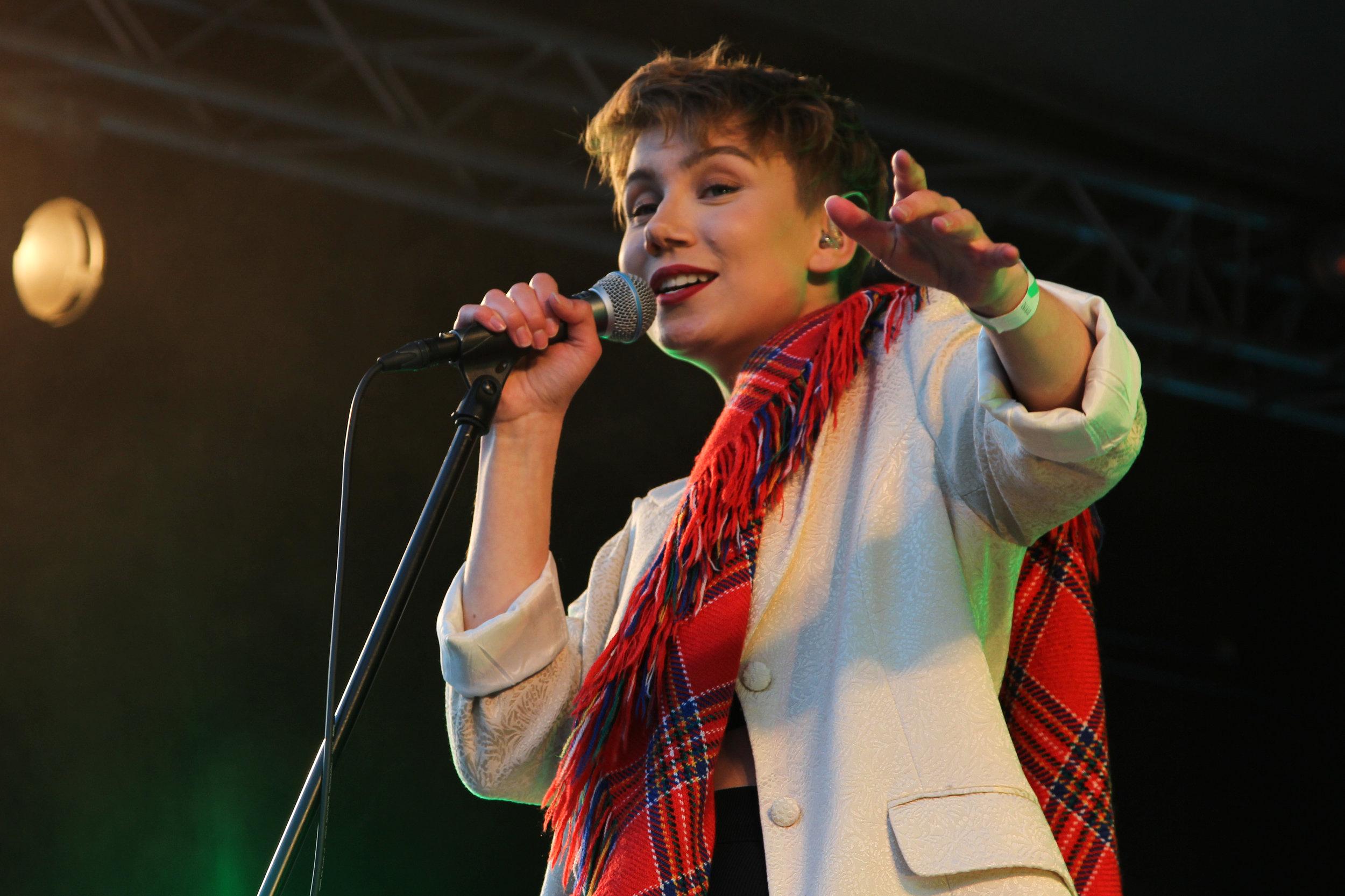 Ella Marie Hætta Isaksen og resten av bandet sparte ikke på kruttet under fredagens midnattssolkonsert.