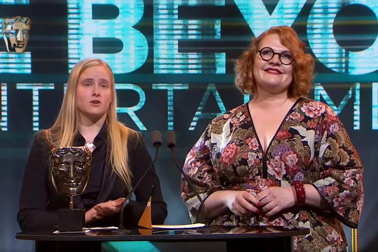Catharina Bøhler fra Sarepta Studio (t.v.) og kreativ produsent Elin Festøy fra Teknopilot mottok BAFTA-prisen for My Child: Lebensborn. Foto: Skjermdump/BAFTA.