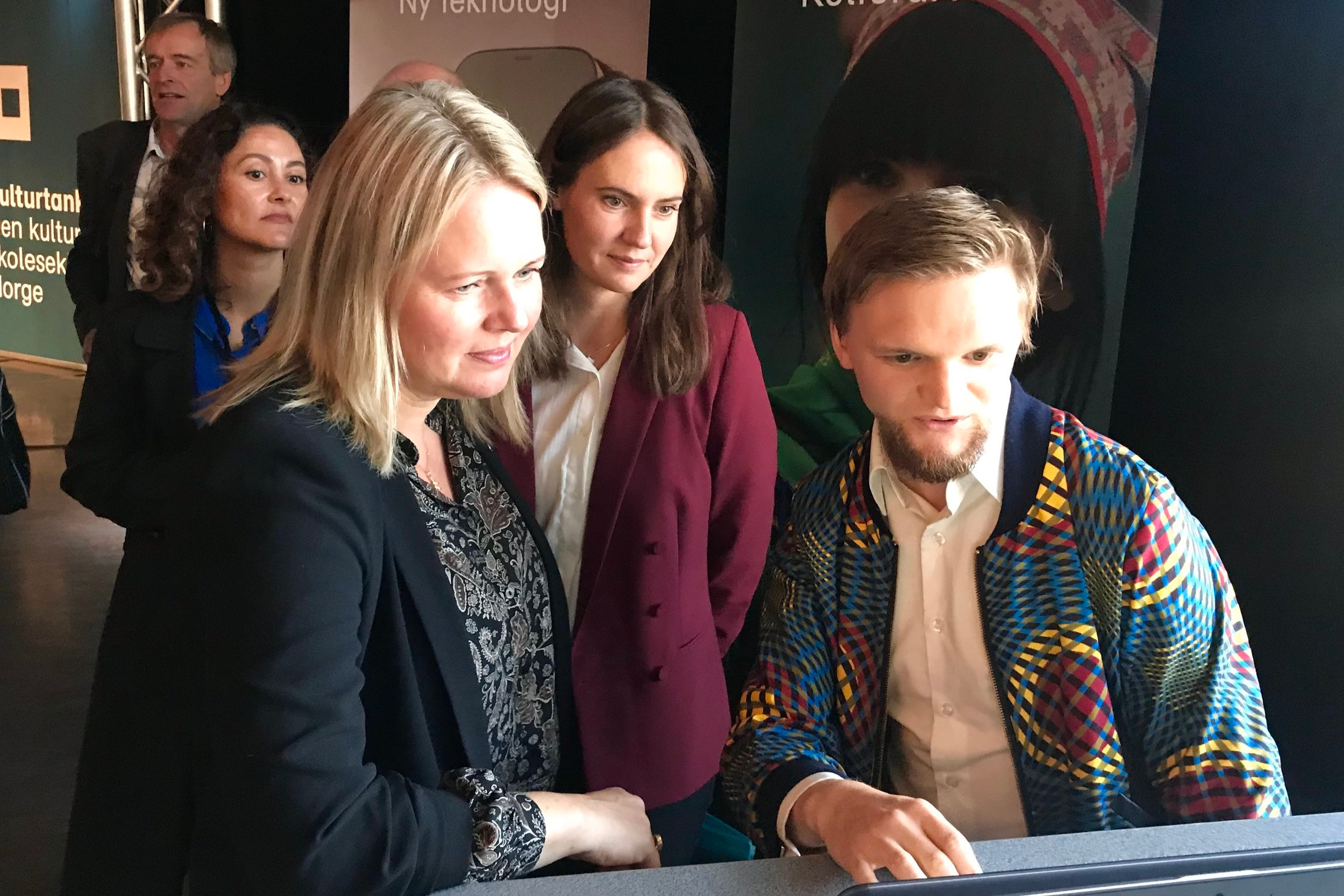 Prosjektleder for DKS-portalen, Daniel Nørbech viser statssekretærene Remen og Blomgren hvordan portalen fungerer