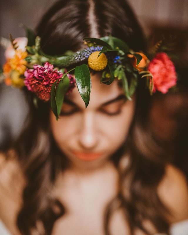 This weekend we created the most vibrant, lovely, and tropical-inspired #floralmagic for a gorgeous fall bride! We're coming down from wedding season and will be calling out for fall wreaths soon! Keep an eye out 👀 #paperandpetal #floraldesign #fallbride #fallwedding #tropicalinspired