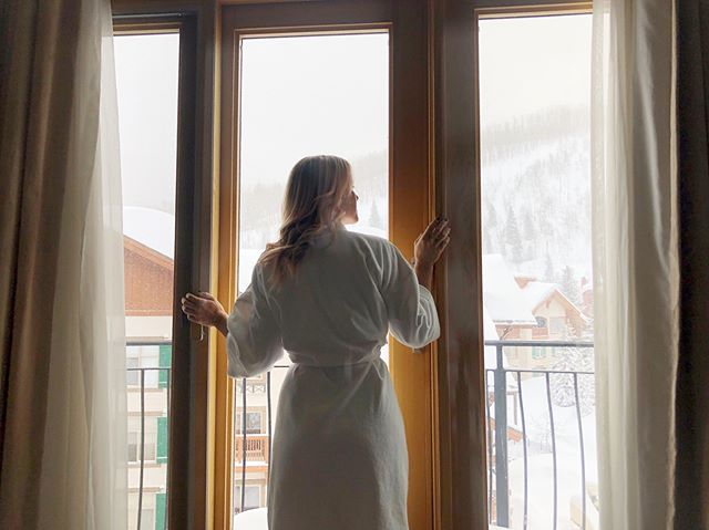 It's around 28° out and I'm going to sleep in a rooftop tent on top of the FJ tonight, waking up in Zion NP...but I'll be dreaming of waking up at The Inn @solitudemountain ❄️✨ #battalfieldspringbreak2019 #battalfieldoverland #solitudemountainresort #roomwithaview #snowymountains #visitutah