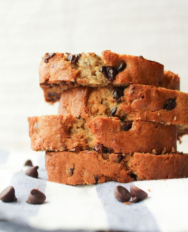 Same recipe. New photos! This chocolate chip banana bread is one of my all-time favourite recipes but the old photos weren't doing it justice. So I took some new ones yesterday when I whipped up a batch. Would love for you to check it out - on the blog 😊⠀ ⠀ #byjaclyn #baking #love #bakinglove #sobestfriendsforfrosting #theeverygirl #delighful #canadianblogger #foodie #foodblogger #buzzfeedfoods #thekitchn #thatsdarling #instafood #foodblogfeed #buzzfeast #gastropost #bananachocolatechip #eeeeeats #onmyplate #tastingtable #foodstyling #fbcigers #beautifulcuisines #realsimple #imsomartha #bananabread #chocolatechipbananabread ⠀