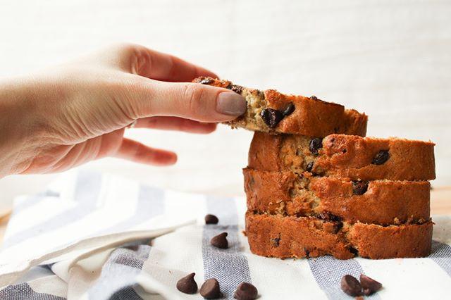 💕Sundays were made for baking banana bread 💕⠀ ⠀ #byjaclyn #baking #love #bakinglove #sobestfriendsforfrosting #theeverygirl #delighful #canadianblogger #foodie #foodblogger #buzzfeedfoods #thekitchn #thatsdarling #instafood #foodblogfeed #buzzfeast #gastropost #bananachocolatechip #eeeeeats #onmyplate #tastingtable #foodstyling #fbcigers #beautifulcuisines #realsimple #imsomartha #bananabread #chocolatechipbananabread ⠀