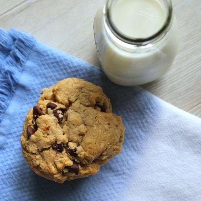 If you know me - you know that chocolate chip cookies are my weakness. What is your favourite dessert? ⠀ ⠀ ⠀ ⠀ #byjaclyn #baking #love #bakinglove #sobestfriendsforfrosting #theeverygirl #delighful #canadianblogger #foodie #foodblogger #buzzfeedfoods #thekitchn #thatsdarling #instafood #foodblogfeed #buzzfeast #gastropost #brownbutter #chocolatechip #chocolatechipcookies #dessert #oatmealchocolatechip #undiscoveredbaker #eeeeeats #onmyplate #tastingtable #foodstyling #beautifulcuisines #realsimple #imsomartha