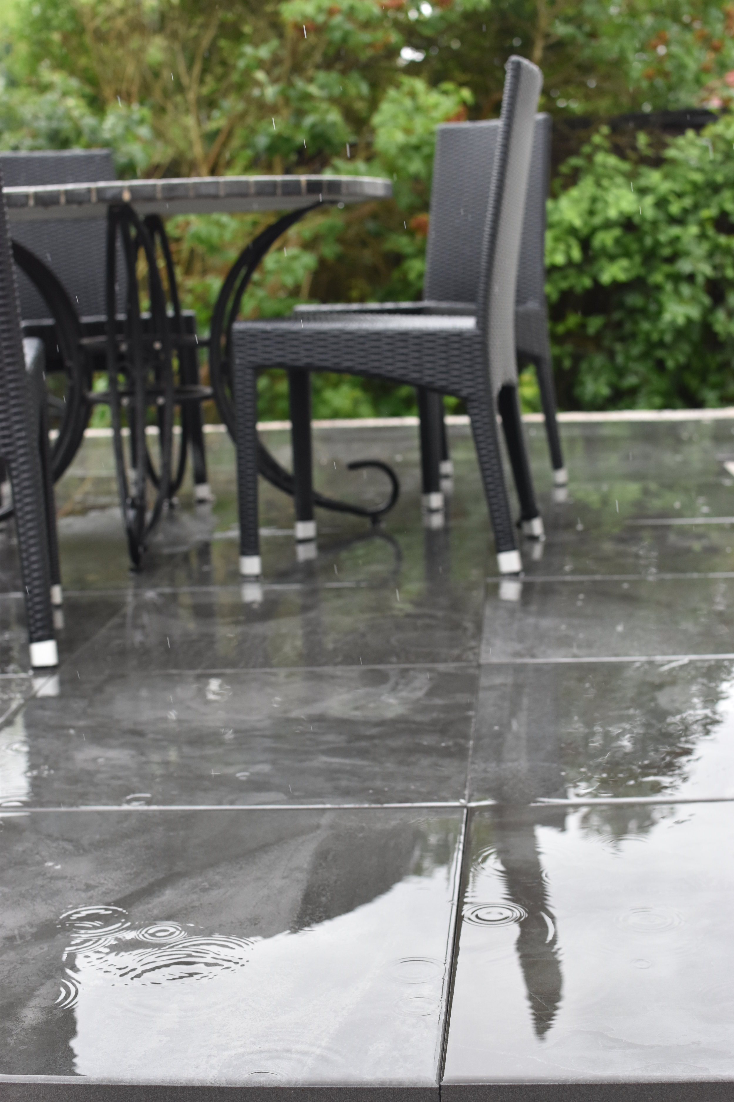 Regn, regn, regn på nya och nästan klara terrassen