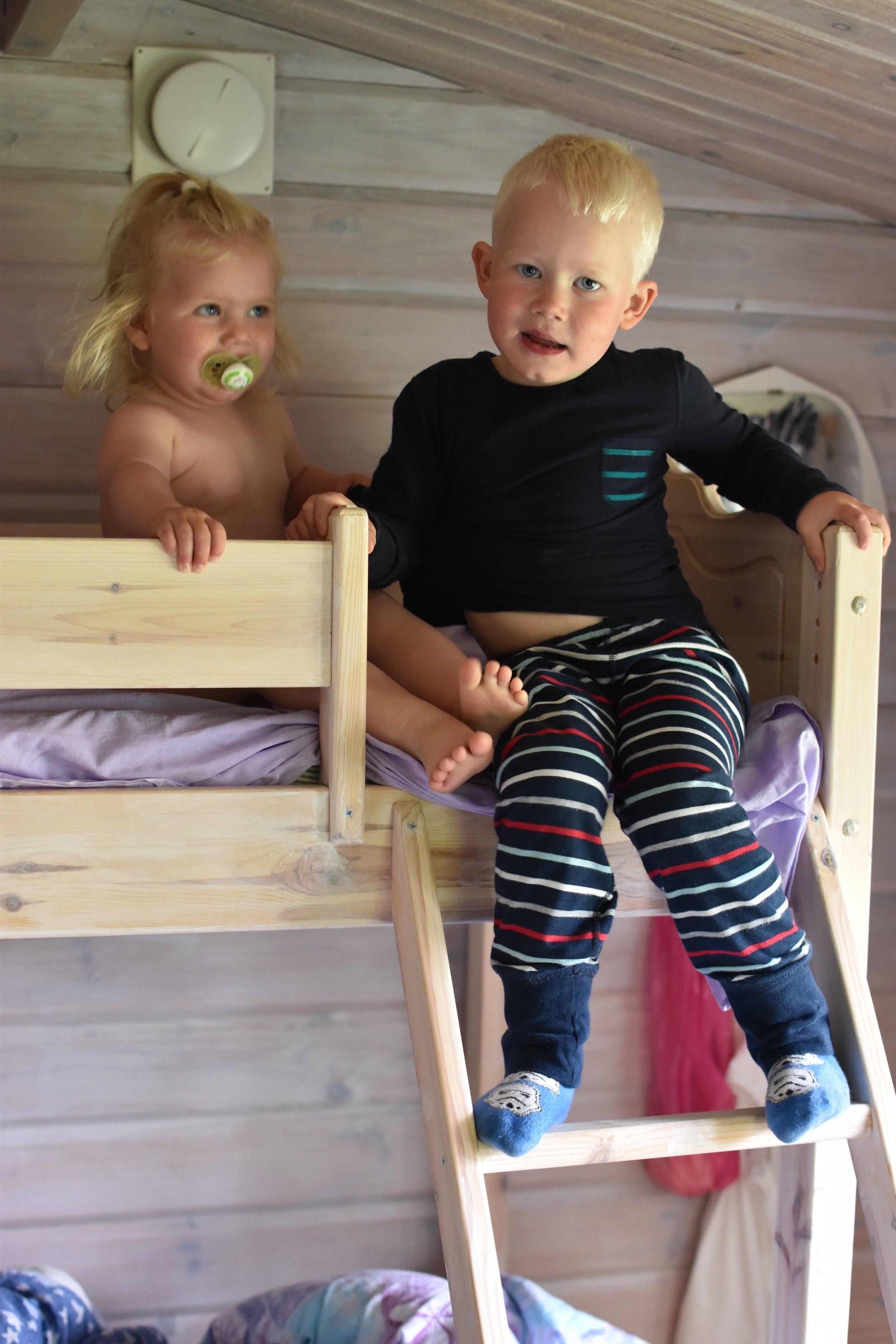 Samma pyjamas på Love, men i en annan stuga och på annan ort. Detta är från midsommar i sommarstugan i Borrbystrand på Österlen 2017