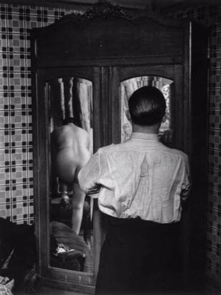 1932, Brassai, L'armadio a specchi.jpg