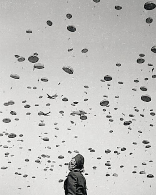 1945, Unknown, Marlene Dietrich watching the 82nd Airborne do a practice jump in Europe.jpg
