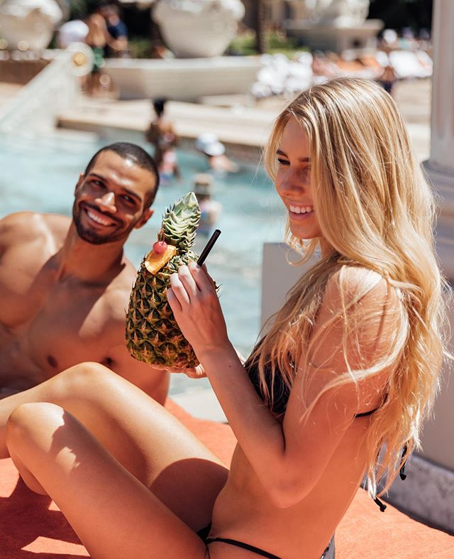 🍹Summer fun all season long! What better way to enjoy a warm Vegas day than by relaxing poolside at @CaesarsPalace! With a myriad of pools & cabanas, living #LikeACaesar has never been more luxurious... especially when sipping a refreshing cocktail (or 2)! #CaesarsPalace