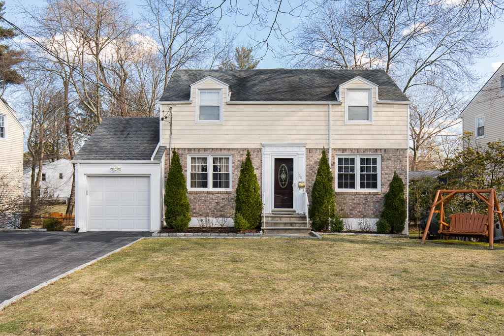 SOLD  100 Clarence Road Eastchester, NY Represented Seller as the Listing Agent  (2017)