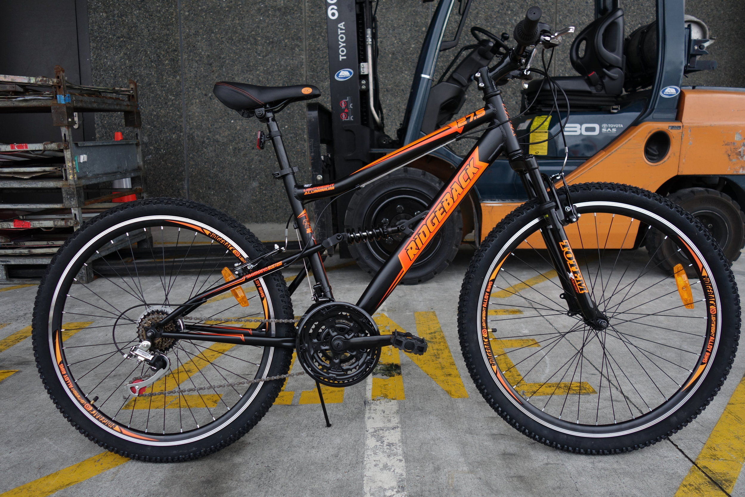 The 27.5 Ridgeback in it's preferred enviroment. 24 gears. Integrated bash guard.High rise stem. 650mm bars. Coil sprung forks with a race winning 75mm of undamped stroke. Check out the integrated work stand, fix your bike anywhere, anytime, great for photos too.