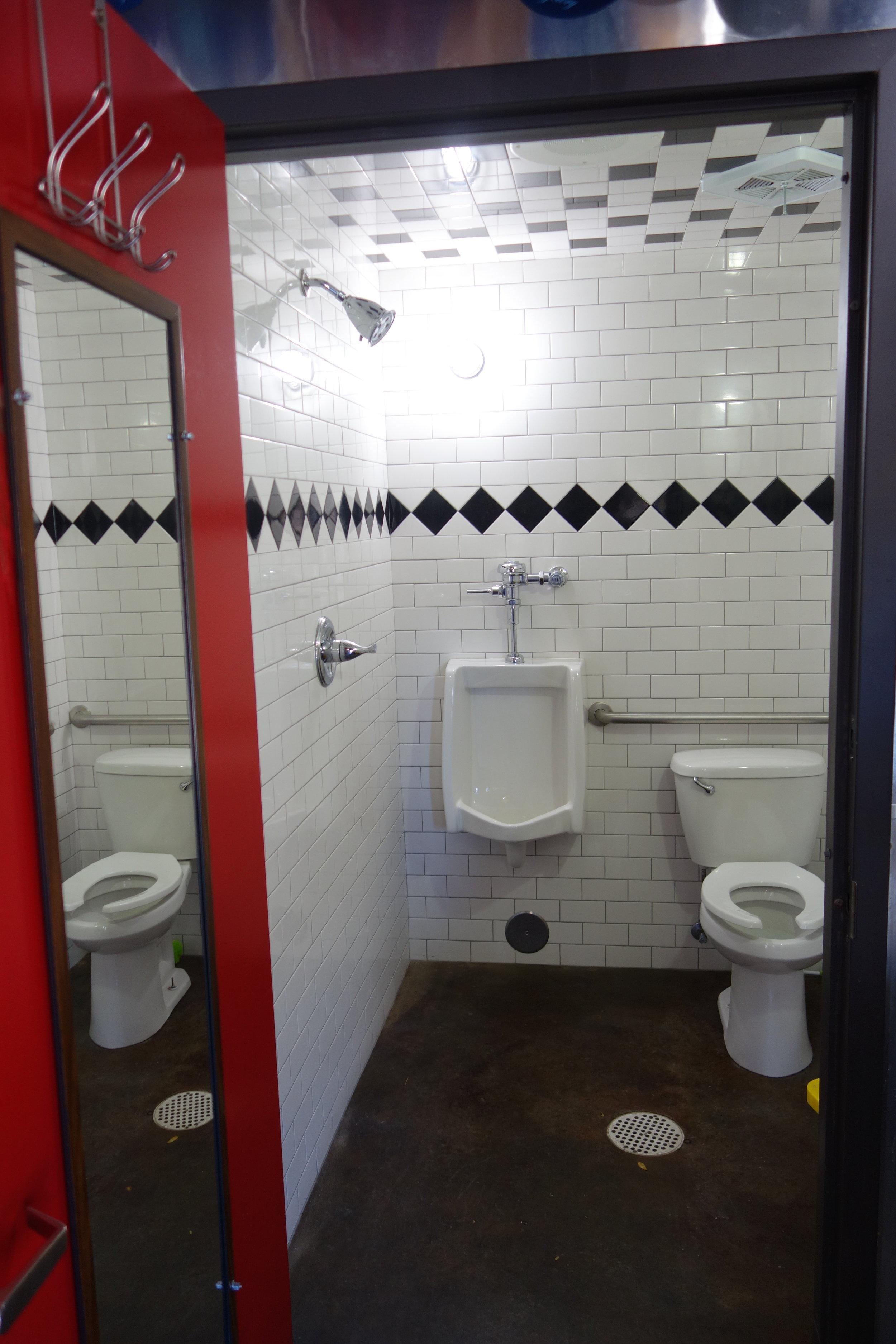 Especially one with a toilet like this. NZ bikeshops...you should be ashamed!