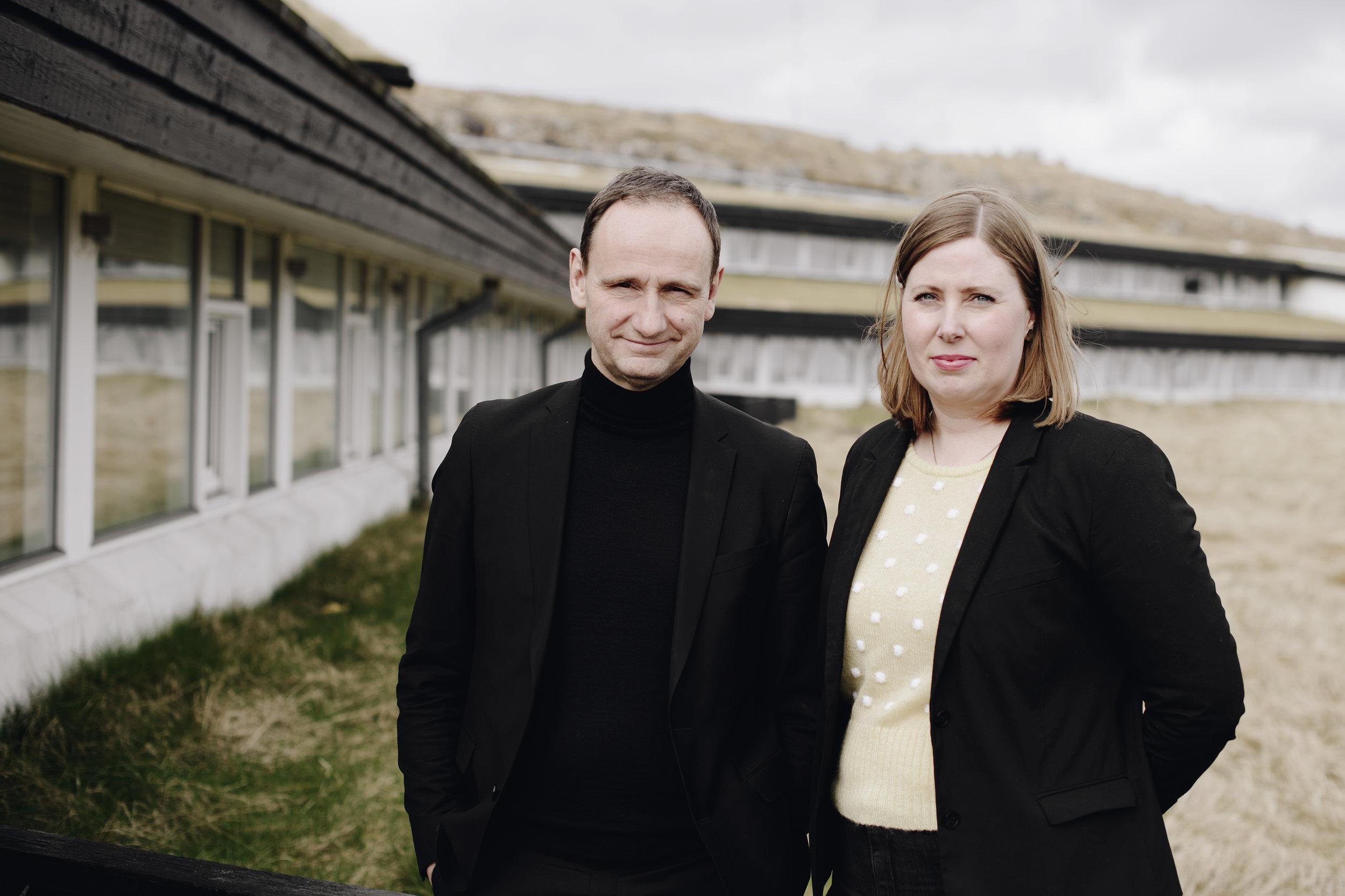 Johannes Jensen, fyrrverandi stjóri og Aleth Nielsen, nýggjur stjóri á Hotel Føroyum.