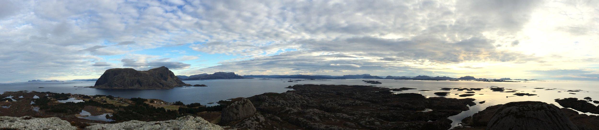 Panoramautsikt fra Høgkletten på Værlandet.  Fra venstre kan man skimte Kinn og omkringliggende høydedrag mot nord, Alden mot nordøst, Atløyna mot øst, Lihesten mot sørøst og Sula mot sør. Nærmere oss ser vi Værlandet fra Noreneset til Værøyhamna, Skrøpelestø, Hittuna, ferjekaia, Nybø, Børekletten, Austneset, Soknevågen, Sørværet og Båtekletten.