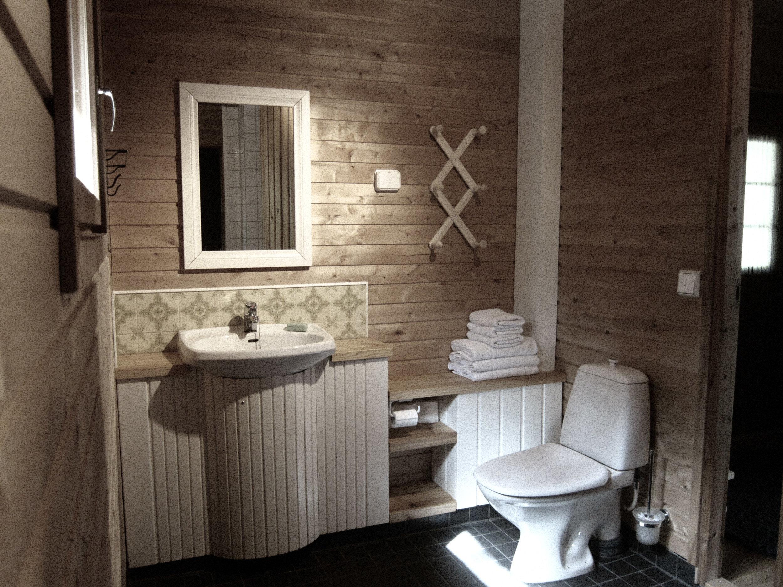 Täysin uudistuneet kylpyhuone- ja saunatilat tarjoavat rauhaisan tunnelman..