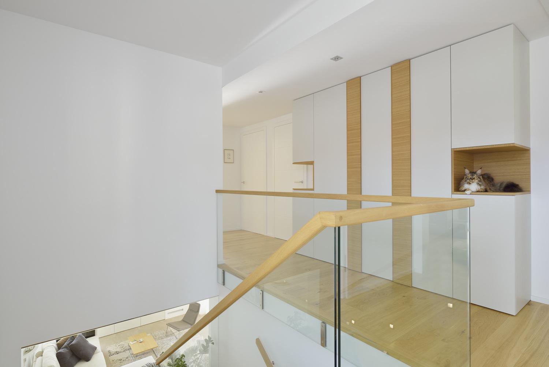 interior-Tina Rugelj_foto-Miran Kambič_H T_stopnice-staircase_omara na hodniku-hallway wardrobe_08.JPG