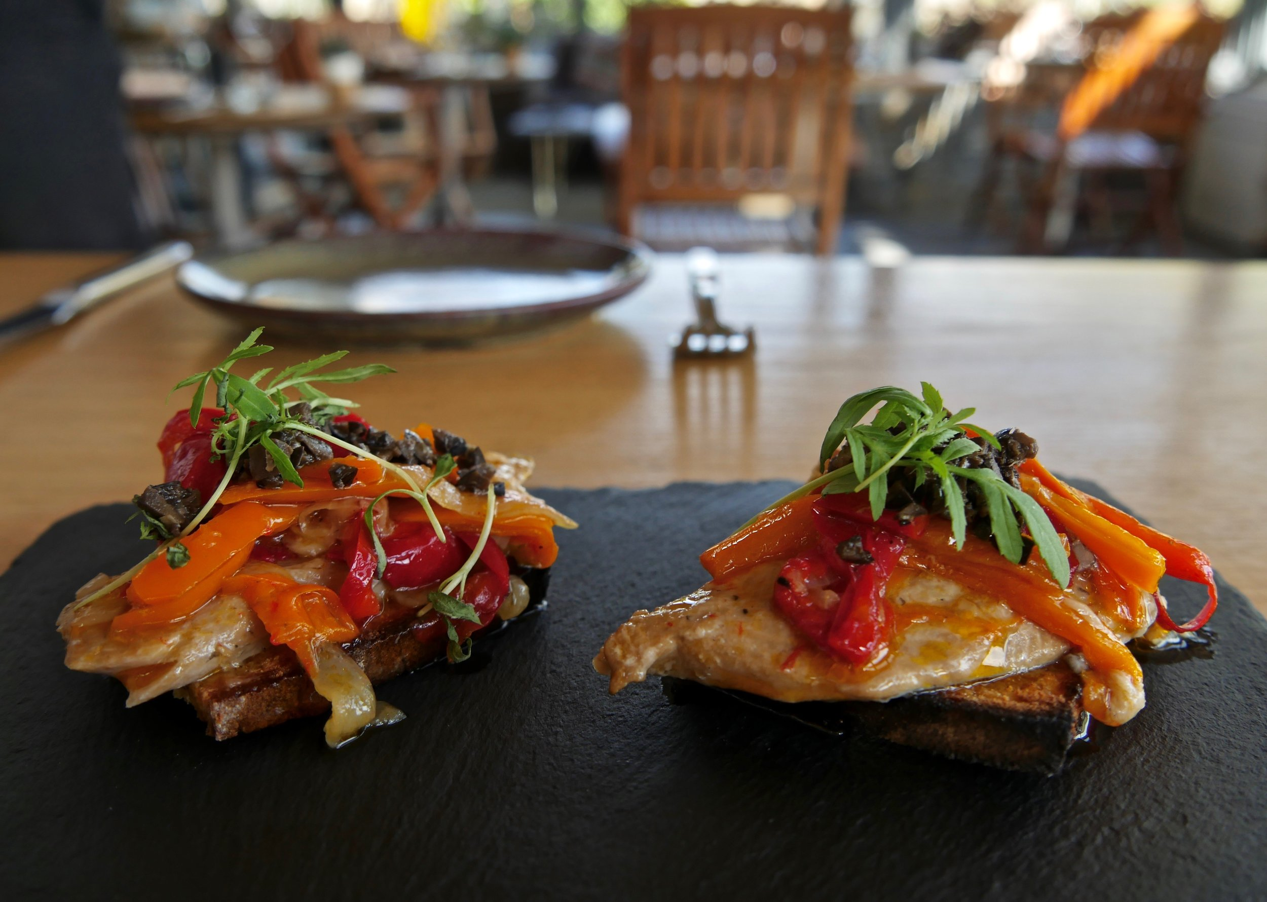 Truite marinée au poivron grillé servie sur des toasts de pain de maïs.