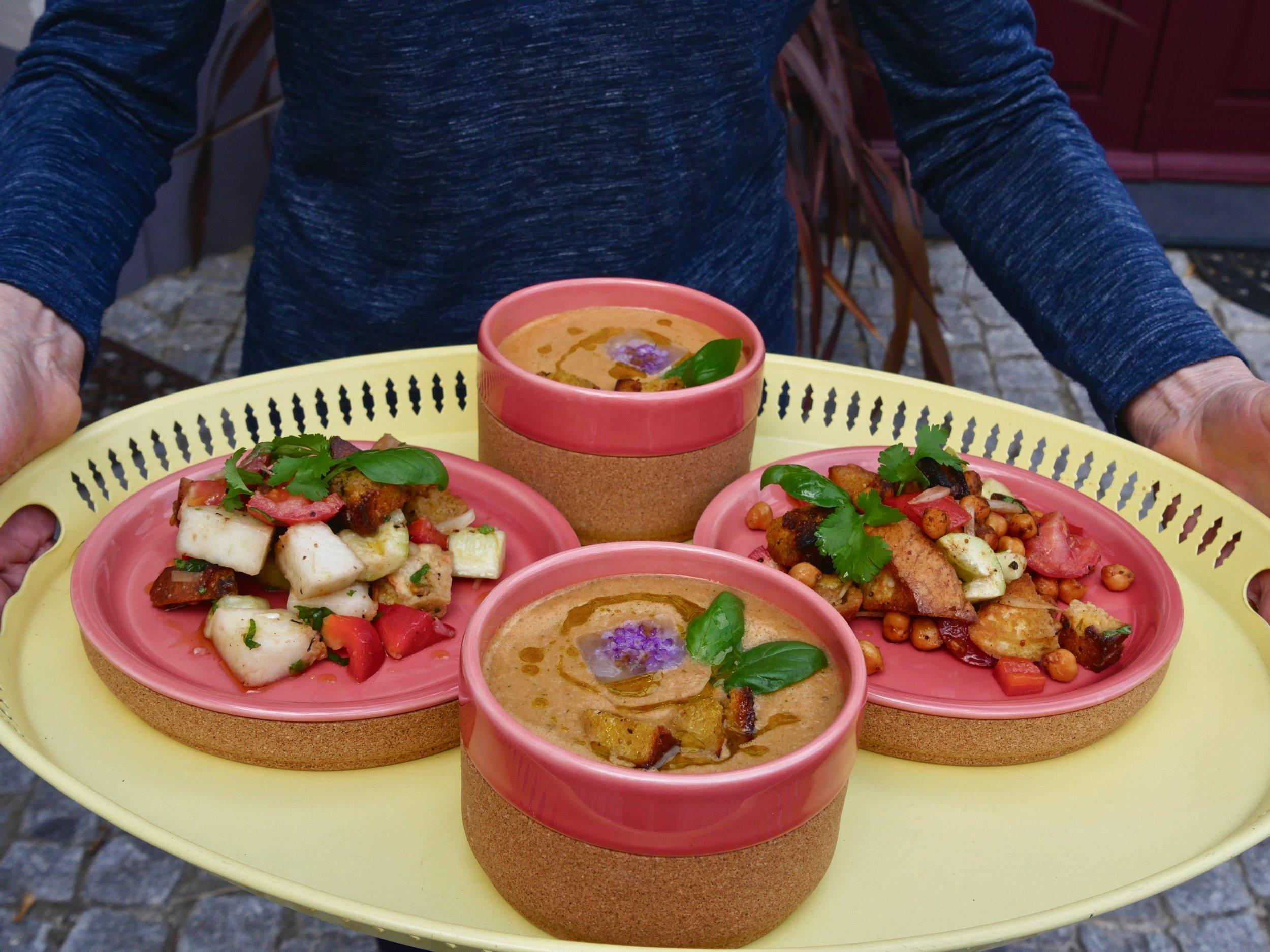 Le gaspacho d'Odile et sa salade estivale de tomates, melon et panzanella.