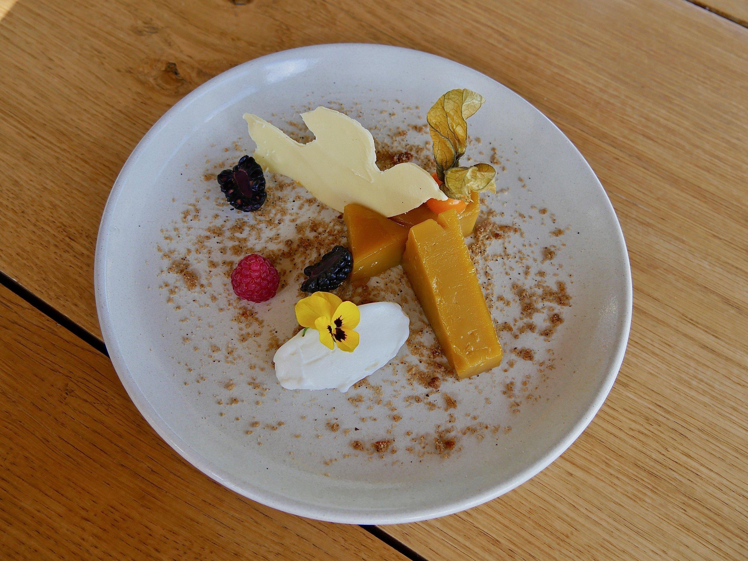 L'Abade de Prisco, flan portugais riche en caramel, couronné par notre oiseau de Quinta do Tedo en chocolat blanc, parfait pour accompagner l'un de nos Portos Tawny.