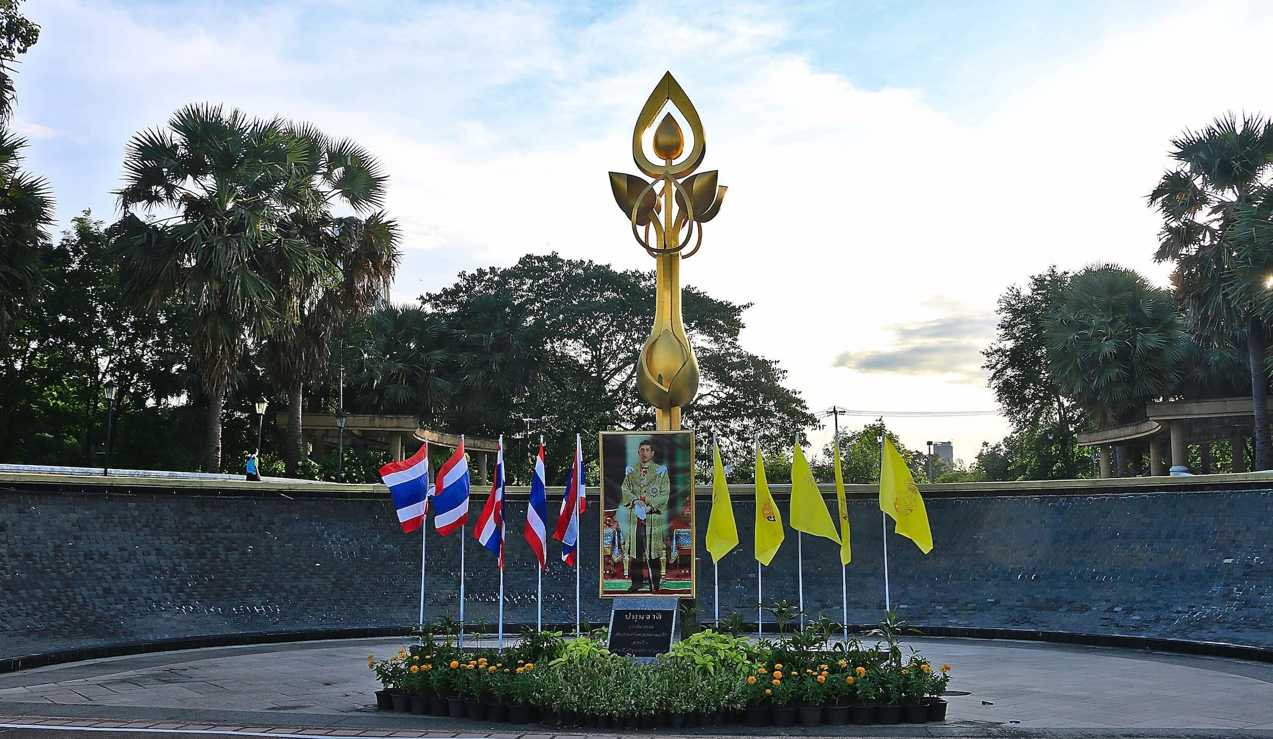 Benjakitti_Park_Bangkok_Fountain_memorial.jpg