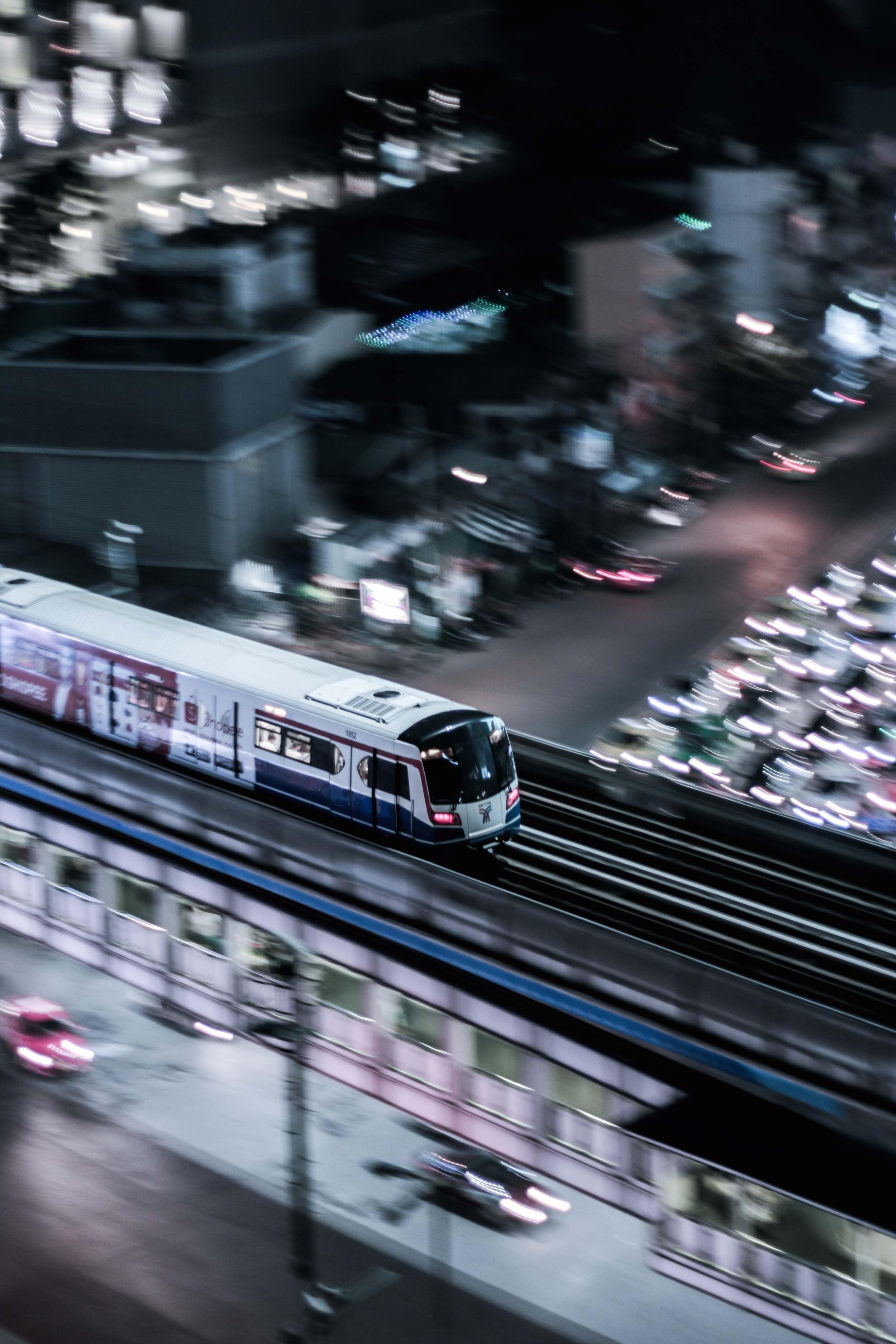 Bangkok_BTS_in_motion_travel_bangkok.jpg