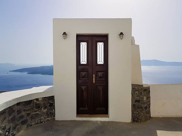 I love all the doors and entrances around Thira's Chaldera, I have taken so many I could create a little gallery! The island's light and energy just creates a serene feel that is so easy to capture. . . . . . #santorini #thira #greece #greekislands #greeksummer #greekholidays #greek_islands #islandlife #islandliving #greecestagram #greecelovers #greece🇬🇷 #greece_travel #greece_moments #hellenistic #doorsofinstagram #calderaview #solotravel #solotravelling #solobackpacker #slowtravel #cultureredux #traveladdict #instatravel #instagood #notatourist #travelblog #travelblogger #travelphotography