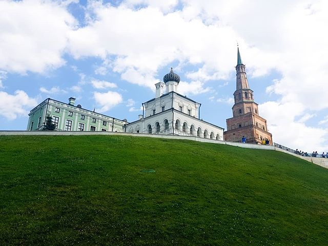 Literally everywhere in Russia is a photo moment. From classic to modernist buildings, Russia is so fun to explore. Here I am in #Kazan looking up to the kremlin.