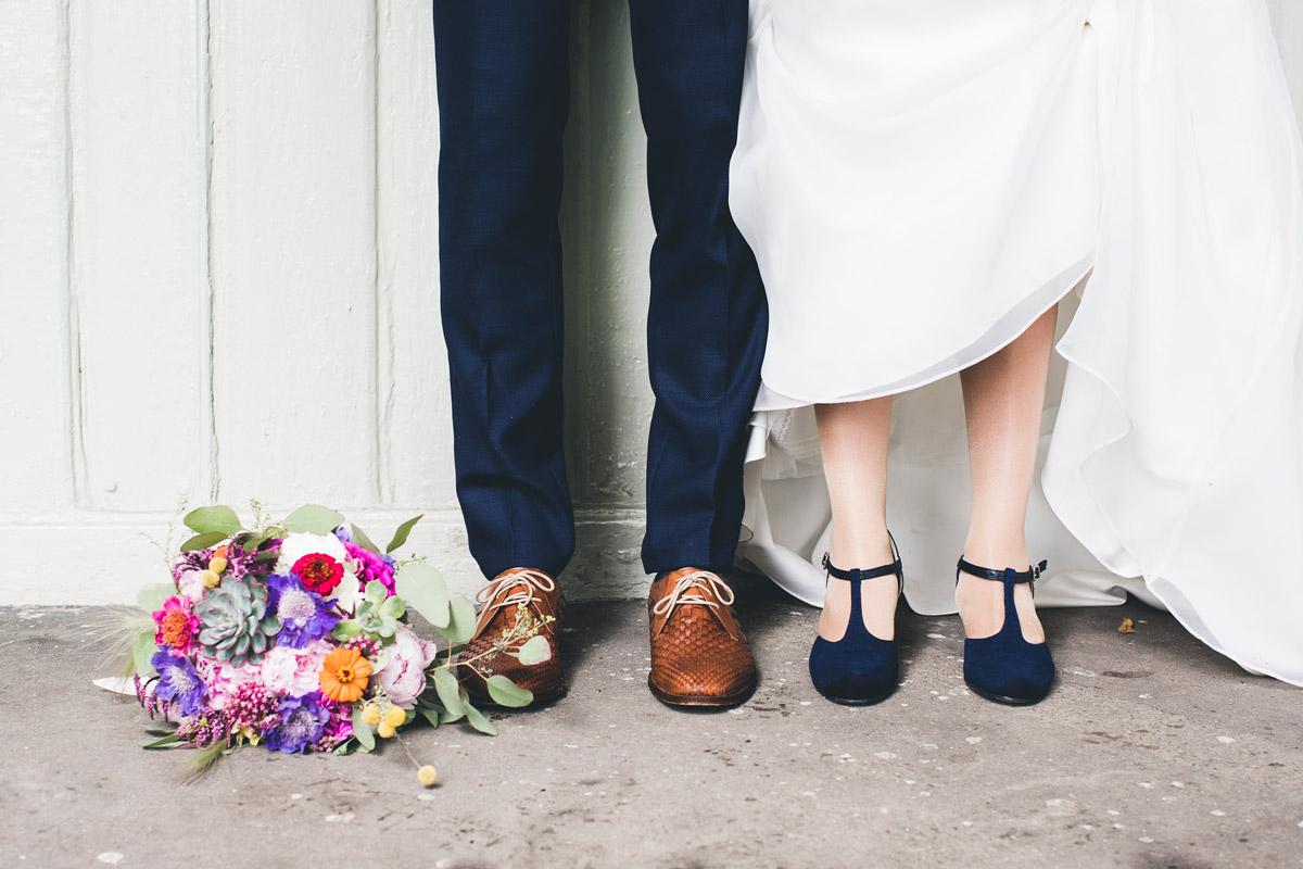 Fargerik brudebukett og sko.jpg