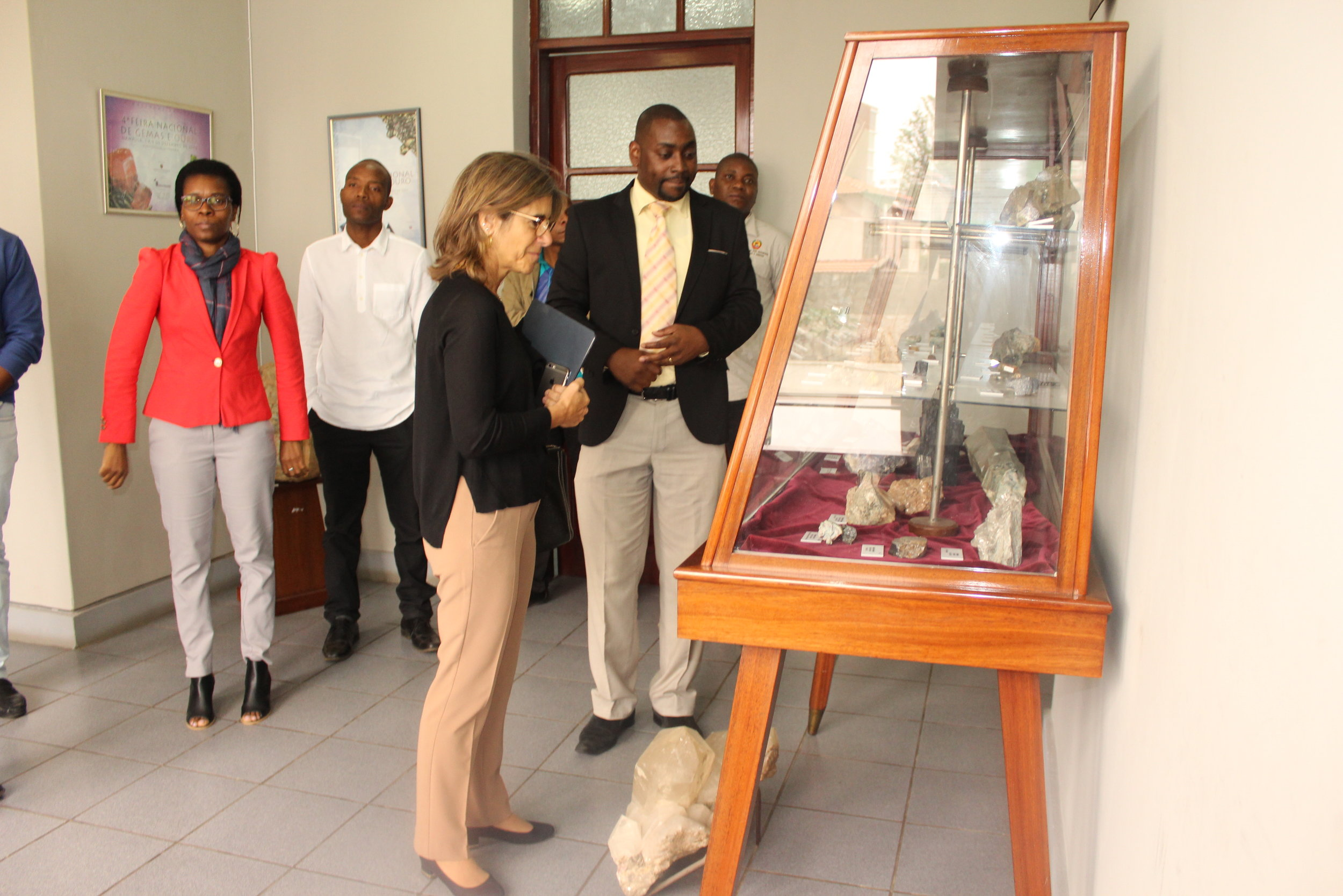 Dino Milisse shows the fossil collection of the National Geology Museum to Maria Fernando Rollo.