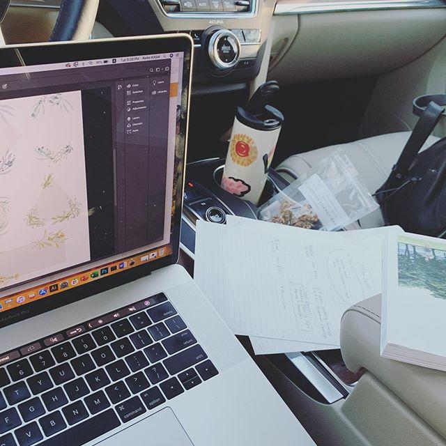 . 主人が出張で不在の時は 習い事の送迎に時間を取られないよう 車内をオフィス化。  この日は2時間滞在。 リビングにいるより長い気がする😆 . #itslife#mamalife#mama#arizona#アメリカ子育て#アメリカ生活#アメリカ#空間デザイン#カメラ