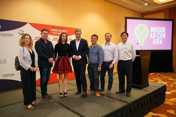 Pictured (L-R) -Indoor Ag-Ignite Judges Sarai Kemp, Trendlines Agtech; Michael Dean, AgFunder; Isabelle Decitre, ID Capital; Indoor Ag-Ignite Winners Mark Korzilius, Farmers Cut; Ser Yong Quek, Grower Agritech; Daniel Reigler, Biteback; and Edwin Chow, Enterprise Singapore