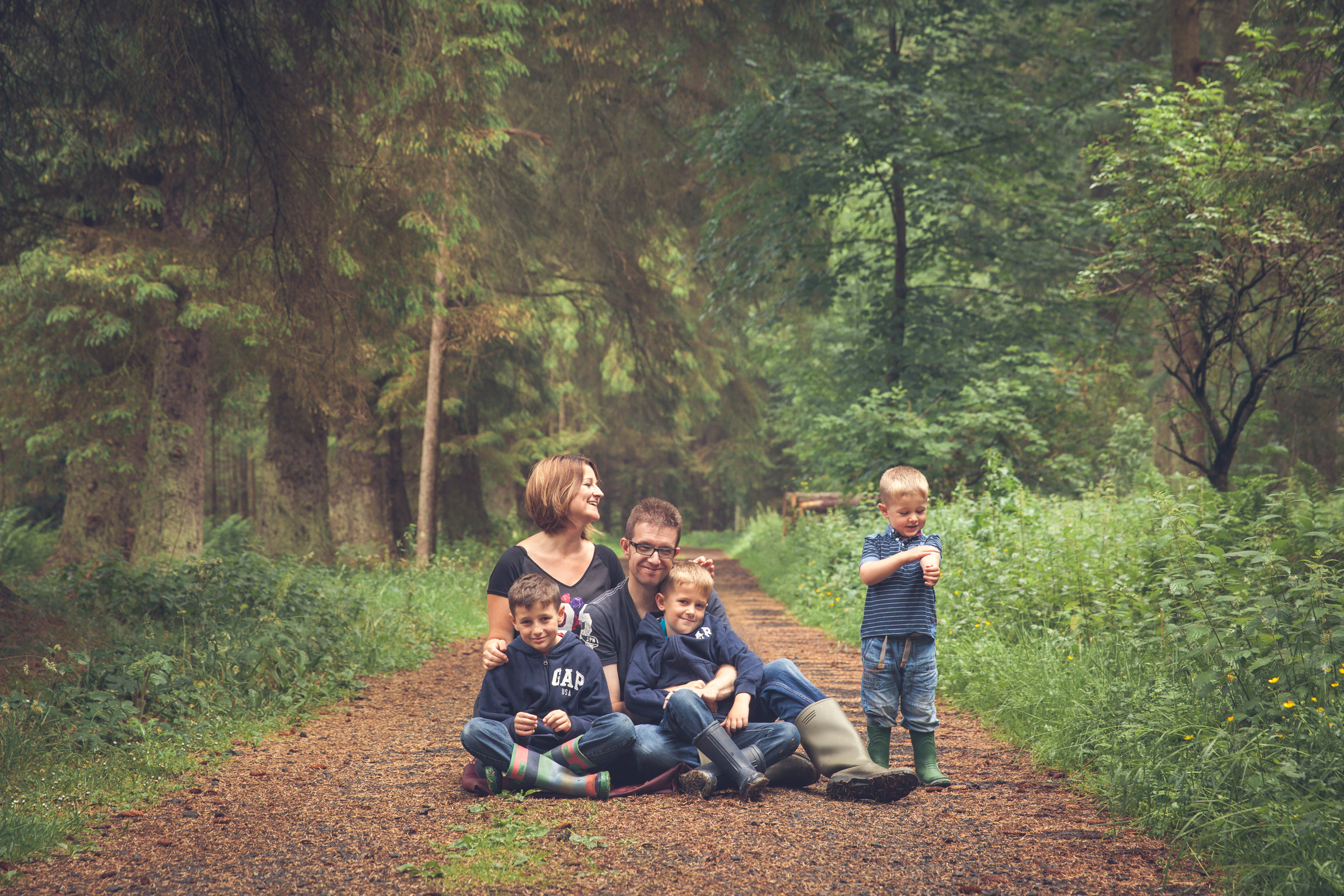 Family with three boys in the woods in Kelso, all dressed in blue