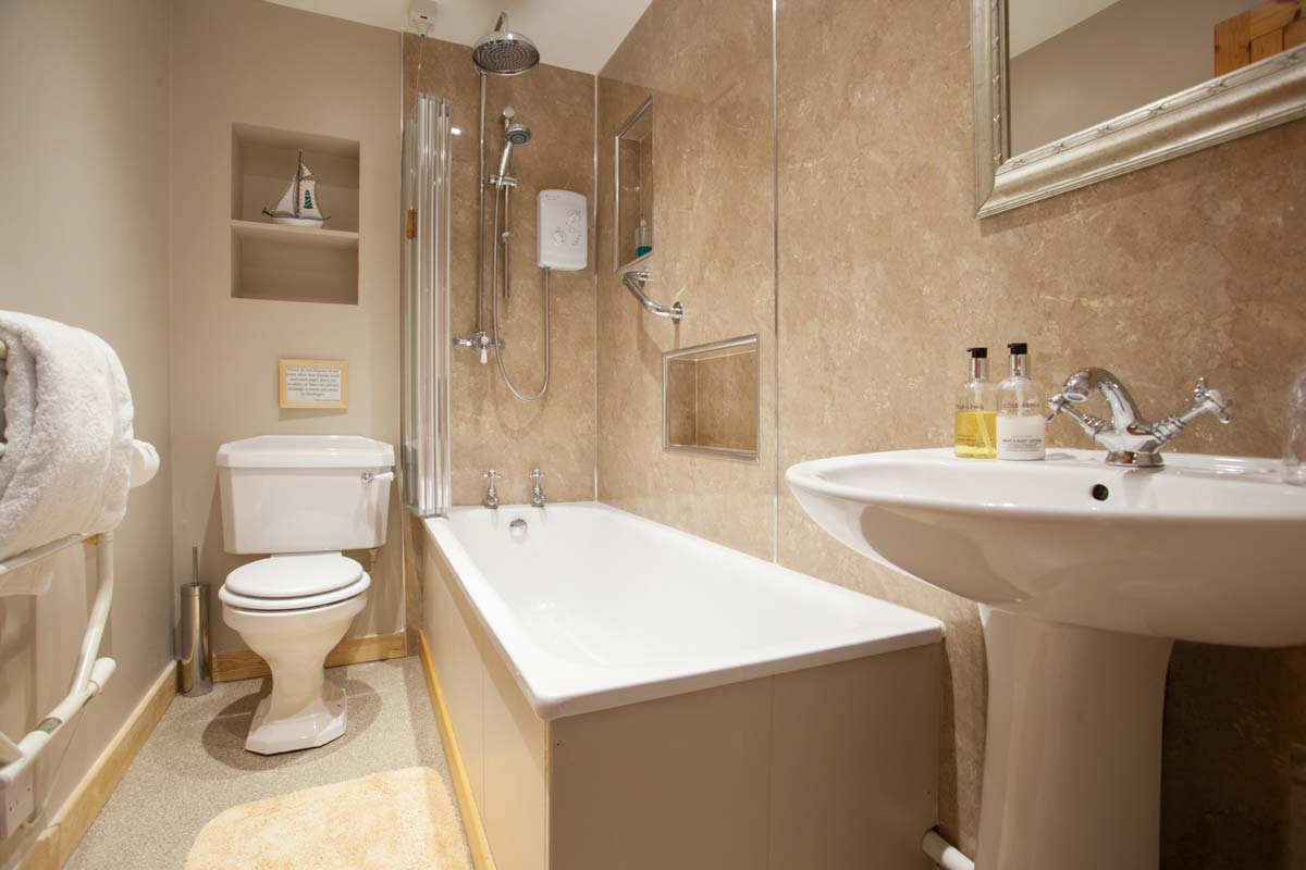BLUEBELL-MAIN-BATHROOM-accomodation-berwick-country-house-holiday-self-catering-b&b-pictorial-photography-interior-8250.jpg
