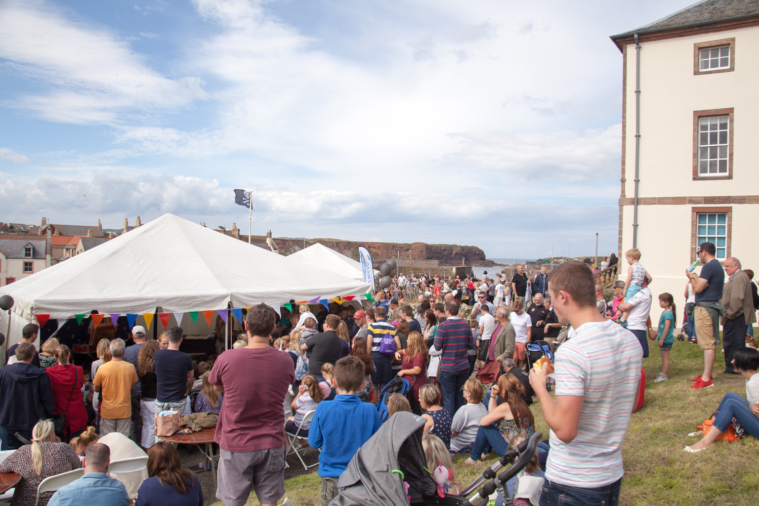 PICTORIAL_BERWICK_eyemouth-gunsgreen-extravaganza-photography-entertainment-party-event-photographer-harbour-gary-dunn-dancers-stilts-performances-speeches-day-out-summer-4626.jpg