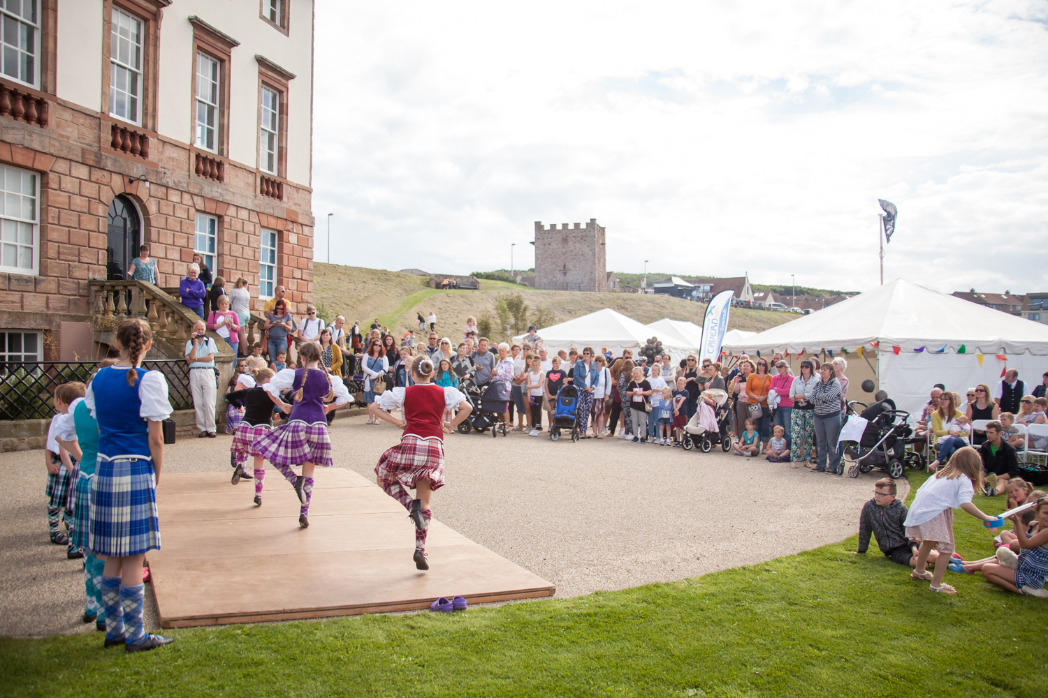 PICTORIAL_BERWICK_eyemouth-gunsgreen-extravaganza-photography-entertainment-party-event-photographer-harbour-gary-dunn-dancers-stilts-performances-speeches-day-out-summer-4602.jpg