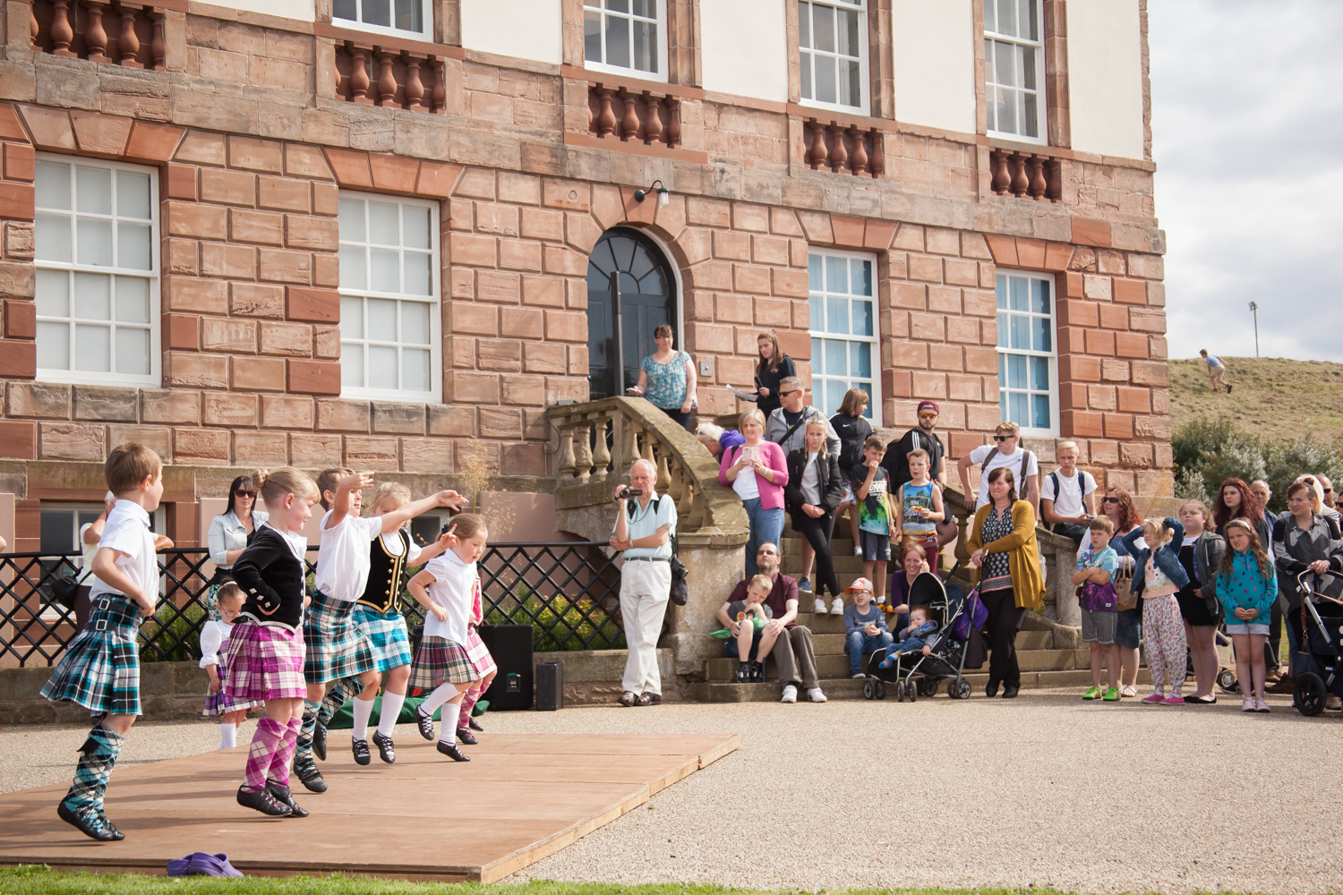 PICTORIAL_BERWICK_eyemouth-gunsgreen-extravaganza-photography-entertainment-party-event-photographer-harbour-gary-dunn-dancers-stilts-performances-speeches-day-out-summer-4593.jpg