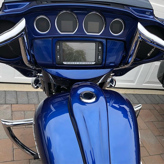 "Sometimes the simplest things make my customers @jonnycsh happy like this super clean cockpit of this 2017 FLHX with our ""ignition-less"" custom dash panel. #baddad #baddadcustom #arlenness  #factory47 and these new updated #dakotadigital gauges. #bigacustompaint #cfrmotorcycles #streetglide #fullthrottlecyclesnyc #unitedweride #performancemachine #freedomperformance #harleydavidsonaddicts #harleydavidson #harleydavidsonstreetglide"