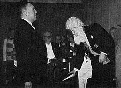 """Kommandør Fredrik von der Lippe foran Hovretten i 1962. Hov Medicus har avsluttet sin gransking, og dommen kan avsies: """"Du kjenner oss, vi kjenner deg, vi vet at denne forstmann også er poet. Takk for de hundre viser. Å dikte er å elske. Vær vår kulturutsending i det Nordenfjeldske."""""""